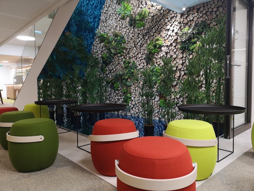 Végétalisation des espaces en entreprise. Un mur végétal.